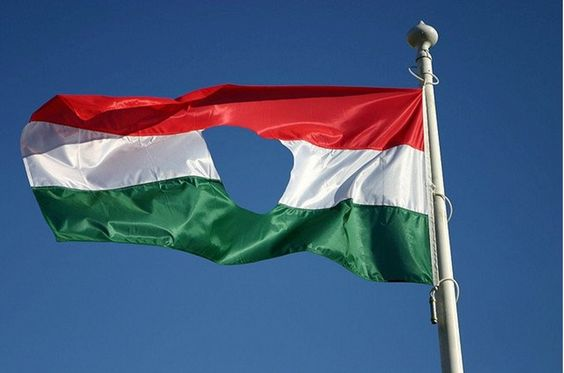 What does the hole in the Hungarian flag mean?